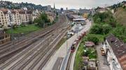 Neu sollen die Gleise der Appenzeller Bahnen gerade über das Güterbahnhofareal führen. Wegen der Gleisverlegung entsteht im Jahr 2020 ein Übergang mit Schranken für Velofahrer. (Bild: Benjamin Manser)