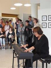 Jola Stawarz begleitete die Vernissage der Ausstellung «Räbschter Künschtler» am Freitagabend im Progy-Zentrum. (Bild: Ulrike Huber)