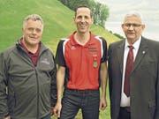 Der scheidende Feldschützenmeister Walter Odermatt mit Gewehr-Sieger Guido Gander und dem neuen Feldschützenmeister Paul Dönni (von links). (Bild: PD)
