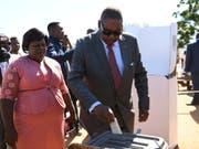 Malawis alter und neuer Präsident Peter Mutharika (hier bei der Stimmabgabe) hat sich knapp eine zweite Amtszeit gesichert. (Bild: KEYSTONE/AP/THOKO CHIKONDI)