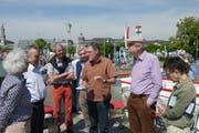 Während der Fahrt erklärte Präsident Raimund Hipp (Dritter von rechts) Geschichte und Geografie der Untersee-Rhein-Strecke. (Bild Mario Gavazzi)