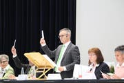 Gemeindepräsident Roman Brülisauer leitet in Erlen zum letzten Mal eine Gemeindeversammlung. (Bild: Hannelore Bruderer)