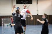 Philipp Näf von den «Legenden» gegen die U19-Spieler des Regionalen Leistungszentrums (RLZ) Fürstenland. (Bild: Ralph Ribi)