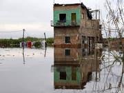 In Paraguay regnet es seit Tagen teilweise ununterbrochen. Die Folge sind verheerende Überschwemmungen, die viele Menschen obdachlos machen. (Bild: KEYSTONE/EPA EFE/ANDRES CRISTALDO)