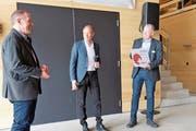 Freude über die Auszeichnung (von rechts): Baudirektor Stephan Attiger, Kantonsbaumeister Urs Heimgartner und Ueli Küng, Präsident der Betriebskommission Forstbetrieb Region Muri . Bild: Eddy Schambron