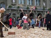 Fünfräppler auf dem Bundesplatz: Die Initiative für ein bedingungsloses Grundeinkommen wurde 2013 mit viel Show eingereicht. An der Urne scheiterte die Vorlage deutlich. (Bild: Keystone)