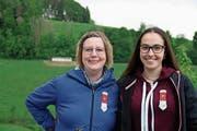 Das Feldschiessen ist keine reine Männersache. Auch die Frauen zeigten sich treffsicher: Ruth Morgenthaler aus Richenthal (links) und Catarina Almeida (Nebikon) freuten sich über den Kranz. (Bild: Patrick Birrer)