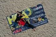 Die OK-Mitglieder des HCA-Fäschts, Nicolas Uebelhart und Janette Baldinger, hoffen auf sonniges Wetter beim Beachhandballturnier, das an Auffahrt auf den Sandplätzen im Tellenfeld ausgetragen wird. (Bild: Manuel Nagel)