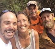 Das erste Foto mit der gefundenen Amanda Eller und glücklichen Helfern. (Bild: Troy Jeffrey Helmer via AP)