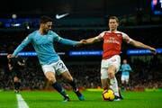 Arsenals Stephan Lichtsteiner (rechts) im Duell mit Manchester Citys David Silva. (Bild: Peter Power / EPA, Manchester, 3. Februar 2019)