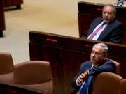 Die drohende Auflösung des israelischen Parlaments und Neuwahlen können aus Sicht von Ministerpräsident Benjamin Netanjahu (im Bild) noch abgewendet werden. Es bleibe noch genügend Zeit, um eine «unnötige» vorgezogene Neuwahl des Parlaments zu verhindern, sagte Netanjahu in Jerusalem. (Bild: KEYSTONE/AP/SEBASTIAN SCHEINER)