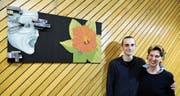 Marion Ferstl und Sohn Philipp zeigen ihre Bilder im Rathaus Frümsen, hier vor dem Werk «Wiedergeburt» von Philipp Ferstl. (Bild: Hansruedi Rohrer)