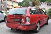 Beim Aufprall entstand am Auto des korrekt fahrenden Lenkers beträchtlicher Sachschaden. (Bild: Kantonspolizei)