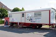 Der Zirkuswagen, mit dem Adrian Bolzern im Jubiläumsjahr durch die Schweiz tourt. (Bild: PD/Philipp Neri Stiftung)