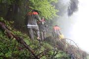 Unwegsames Gelände, garstiges Wetter. Der Einsatz des Zivilschutzes ist kräftezehrend. (Bild: Patricia Wichser)