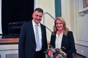 Gemeindepräsident Kurt Baumann mit der langjährigen Sirnacher Finanzchefin Isabelle Reut.