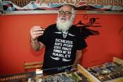 Neben Mundharmonikas sammelt der passionierte Harleyfahrer Paul Enzler auch Messer. (Bild: Karin Erni)