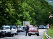 Polizeiaktion gegen mutmassliche Schmuggler im Norden Kosovos: Beamte kontrollieren Autos beim Dorf Cabra. (Bild: KEYSTONE/EPA/STRINGER)