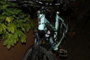 Das hellblaue City-Bike der vermutlich verunfallten Velofahrerin hat die Stadtpolizei an der Teufener Strasse gefunden. (Bild: Stadtpolizei St.Gallen - 27. Mai 2019)