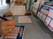 Zwei Gewinner haben bei der Lotterie Euromillions die richtigen Zahlen angekreuzt und teilen sich 36,8 Millionen Franken. (Bild: KEYSTONE/MONIKA FLUECKIGER)