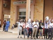 Generalstreik gegen Generäle: Demonstranten verlangen vor der Bank of Khartoum in der sudanesischen Hauptstadt den raschen Übergang zu einer Zivilregierung. (Bild: KEYSTONE/EPA/STRINGER)