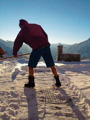 Kari Stadler schaufelt vor der auf 2257 Metern über Meer gelegenen Sustlihütte Schnee. (Bild: PD)