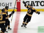 Siegesjubel: Brad Marchand (re.) machte mit dem 4:2 ins leere Tor alles klar für die Boston Bruins (Bild: KEYSTONE/AP/CHARLES KRUPA)