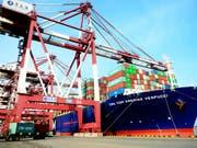 Exporte runter - Importe hoch. Der Schweizer Aussenhandel entwickelte sich im April uneinheitlich. (Bild: KEYSTONE/AP CHINATOPIX)