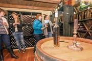 Den Abschluss des Weinspaziergang bildet ein Besuch des Weinkellers von Paul Arnold im Planzerhaus in Bürglen. (Bild: Sascha Krähenbühl)