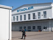 Das Stadler-Werk in Altenrhein erhält einen neuen Chef. Hintergrund sind strategische Differenzen. (Bild: KEYSTONE/GIAN EHRENZELLER)