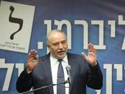 An ihm scheitert die Regierungsbildung: Ex-Verteidigungsminister und Chef der Partei Israel Beitenu vor der Knesset. (Bild: KEYSTONE/EPA/ABIR SULTAN)