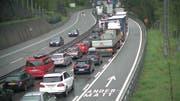Stau vor dem Gotthard Höhe Göschenen. (Bild: Webcam, 15.15 Uhr)