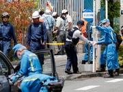 Drei Tote lautet die Bilanz eines Amoklaufs in Kawasaki. Ermittler beim Sichern des Tatorts. (Bild: KEYSTONE/EPA/KIMIMASA MAYAMA)