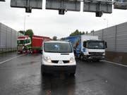 Zwei Lastwagen und ein Lieferwagen sorgten mit ihrem Auffahrunfall für eine Sperrung der Autobahn A2 bei Emmenbrücke. (Bild: Luzerner Polizei)