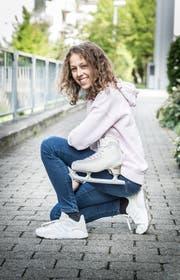 Livia Kaiser in Sneakern, die Eiskunstlaufkarriere aber immer im Blick - oder in der Hand. (Bild: Andrea Stalder)