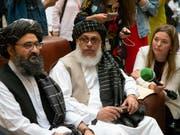 Zeigt sich erstmals öffentlich: Mullah Abdul Ghani Baradar, Vizechef der Taliban in Moskau (Mitte). (Bild: KEYSTONE/AP/ALEXANDER ZEMLIANICHENKO)