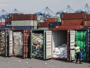 Zurück an den Absender: Malaysia schickt Plastikmüll in die Herkunftsländer zurück. Ein Polizist öffnet Container in Port Klang. (Bild: KEYSTONE/EPA/FAZRY ISMAIL)