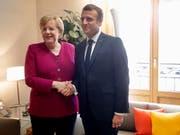 Bilaterales Treffen zwischen der deutschen Kanzlerin Angela Merkel und dem französischen Präsidenten Emmanuel Macron am Dienstag vor dem EU-Gipfel in Brüssel: Während Merkel den konservativen Spitzenkandidaten Manfred Weber unterstützt, lehnt Macron das Spitzenkandidaten-Modell grundsätzlich ab. (Bild: KEYSTONE/EPA AP POOL/OLIVIER MATTHYS / POOL)