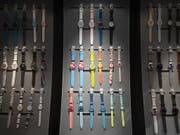 Uhren «made in Switzerland» sind immer noch begehrt. Im April gingen die Exporte allerdings leicht zurück. (Bild: KEYSTONE/PETER KLAUNZER)