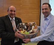 Gemeindepräsident Martin Stuber erhält von Thomas Ribi einen Geschenkkorb. (Bild: Margrith Pfister-Kübler)