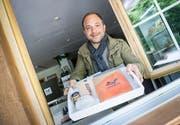 Hannes John freut sich auf die Besucher seines Ladens. (Bild: Andrea Stalder)