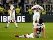 Ein Bild des Jammers: Der so hoffnungsvoll in die Saison gestartete VfB Stuttgart muss zum dritten Mal den Gang in die 2. Bundesliga antreten (Bild: KEYSTONE/EPA/RONALD WITTEK)