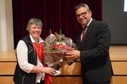 Stadtpräsident Thomas Weingart überreicht der zurücktretenden Stadträtin Helen Jordi (EDU) einen Blumenstrauss. (Bild: Georg Stelzner)