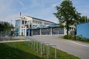 Das Mehrzweckgebäude Neuhof bedarf einer aufwendigen Sanierung. (Bild: Stefan Kaiser, Neuheim, 24. Mai 2019)