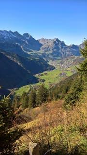 Engelberg bleibt ein touristischer Schwerpunkt: Blick auf dem Weg von der Fürenalp ins Tal auf das Dorf. (Bild Markus von Rotz, Engelberg, 11. Oktober 2017)
