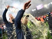 Eine Dusche, die Freude macht: Union Berlins Schweizer Trainer Urs Fischer feiert und wird gefeiert (Bild: KEYSTONE/AP DPA/JOERG CARSTENSEN)