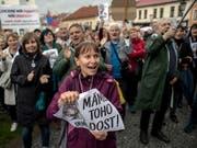 In Tschechien sind erneut Tausende Demonstranten gegen die Regierung von Ministerpräsident Andrej Babis auf die Strasse gegangen.Sie forderten auf Schildern «Babis ins Gefängnis» oder «Rücktritt», wie die Agentur CTK berichtete. (Bild: KEYSTONE/EPA/MARTIN DIVISEK)