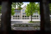 Blick durch den Zaun aufs Schulhaus Buchental in St.Gallen. (Bild: Urs Bucher - 24. Mai 2019)