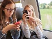 «SBB Freesurf» bietet über das Mobilfunknetz kostenloses Internet im Zug. Vorerst ist es Kunden von Sunrise und Salt vorbehalten. Swisscom und Sunrise sehe keinen Bedarf: Der Trend gehe in Richtung Flatrate. (Bild: Keystone/CHRISTOF SCHUERPF)