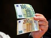 Die neuen 100- und 200-Euro-Banknoten mit besseren Sicherheitsmerkmalen sind seit Dienstag im Umlauf. (Bild: KEYSTONE/EPA/TOMS KALNINS)